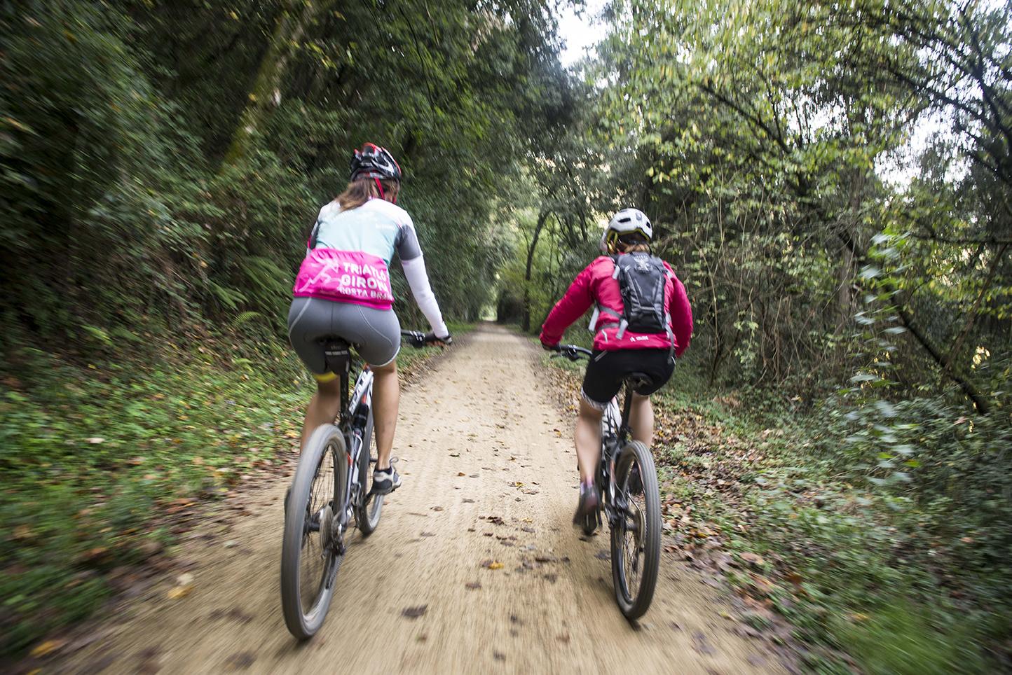 ciclistes ruta ciclista muntanya btt bicitranscat