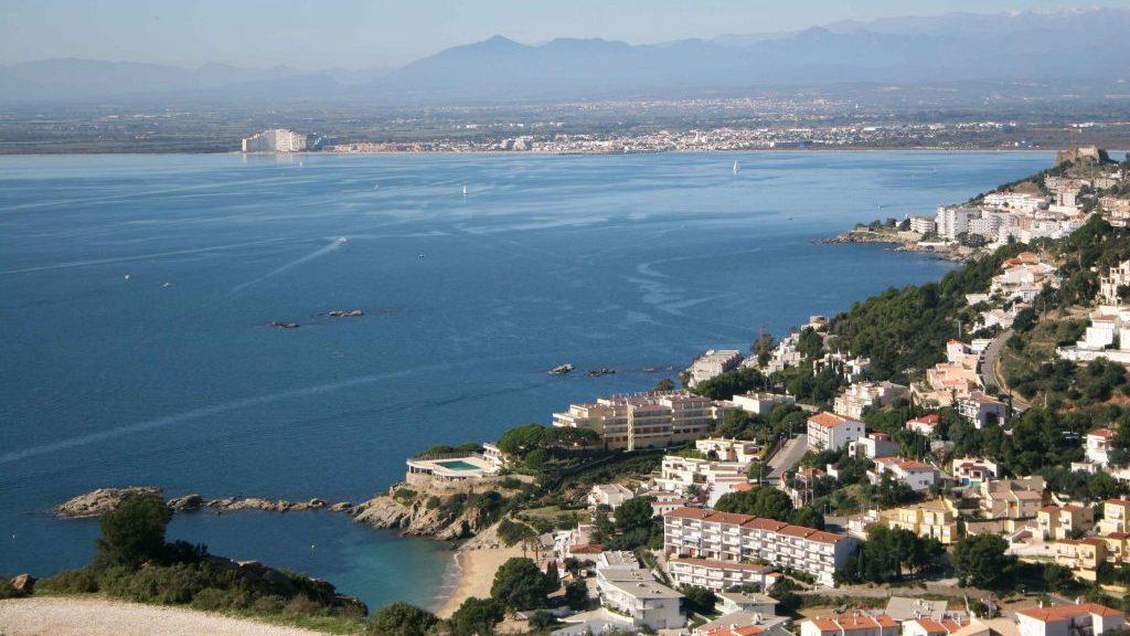 Vista de roses, Cataluña. Vista des del mar y el puerto