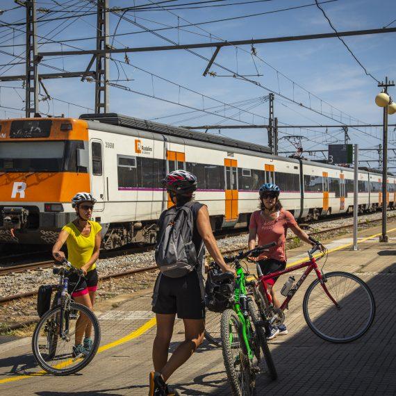 Ciclistes consultant  horarios de trenes en la estación de AVE de Girona