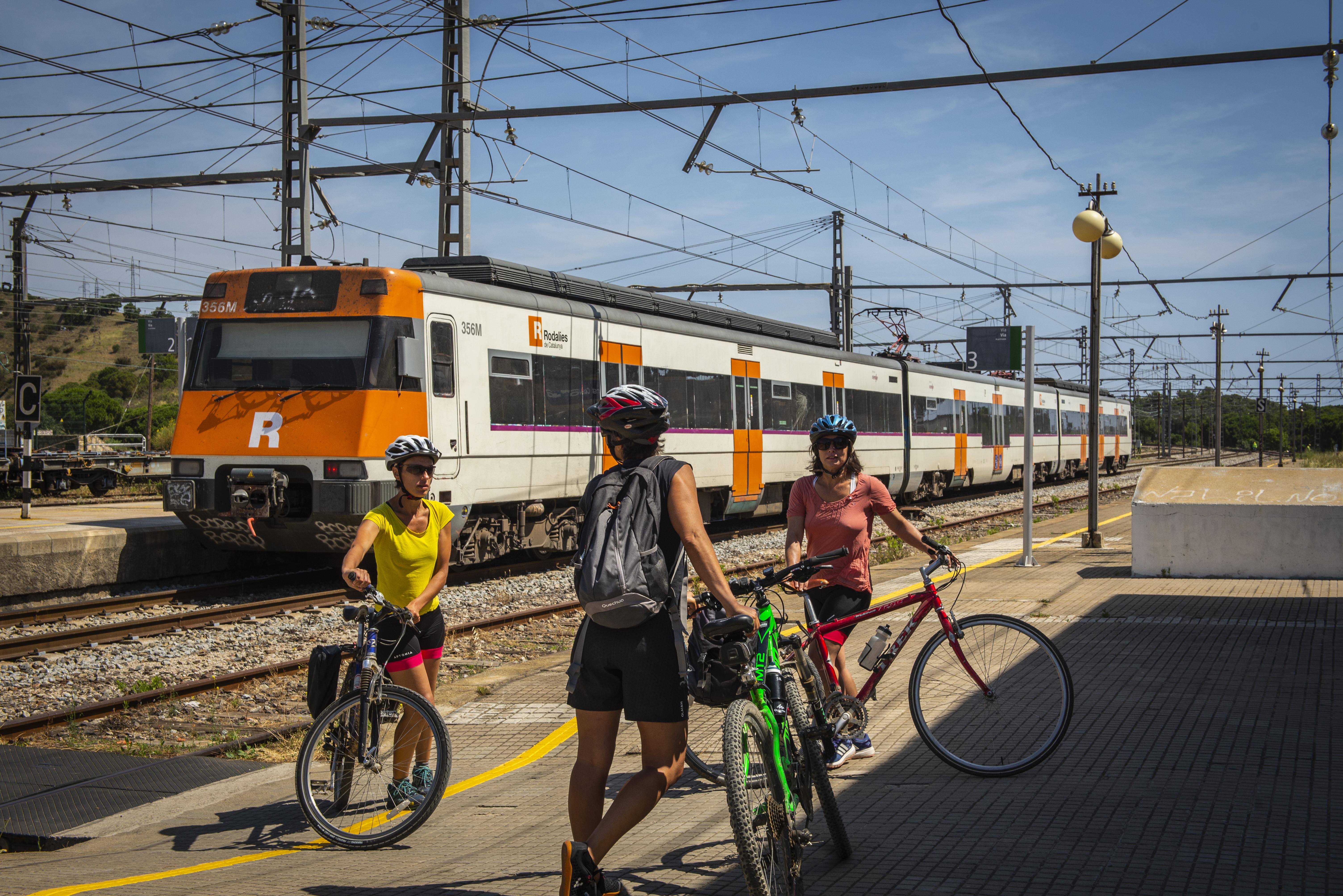 Creuant les víes del tren amb les bicicletes, de ruta ciclista