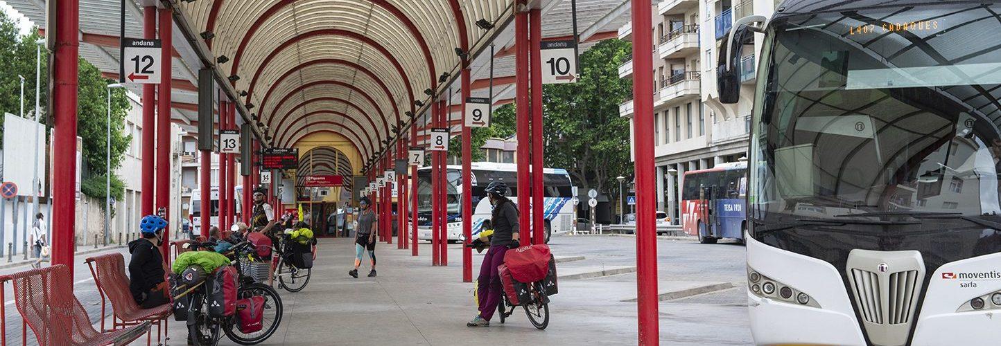 Esperant en una estació d'autobusos amb les bicicletes