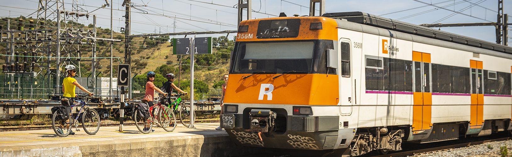 tren arribant a l'estació amb ciclistes