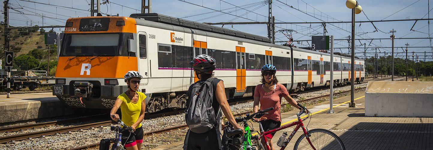 Grup de dones ciclistes fent ús de la mobilitat ciclista transfronterera BICITRANSCAT