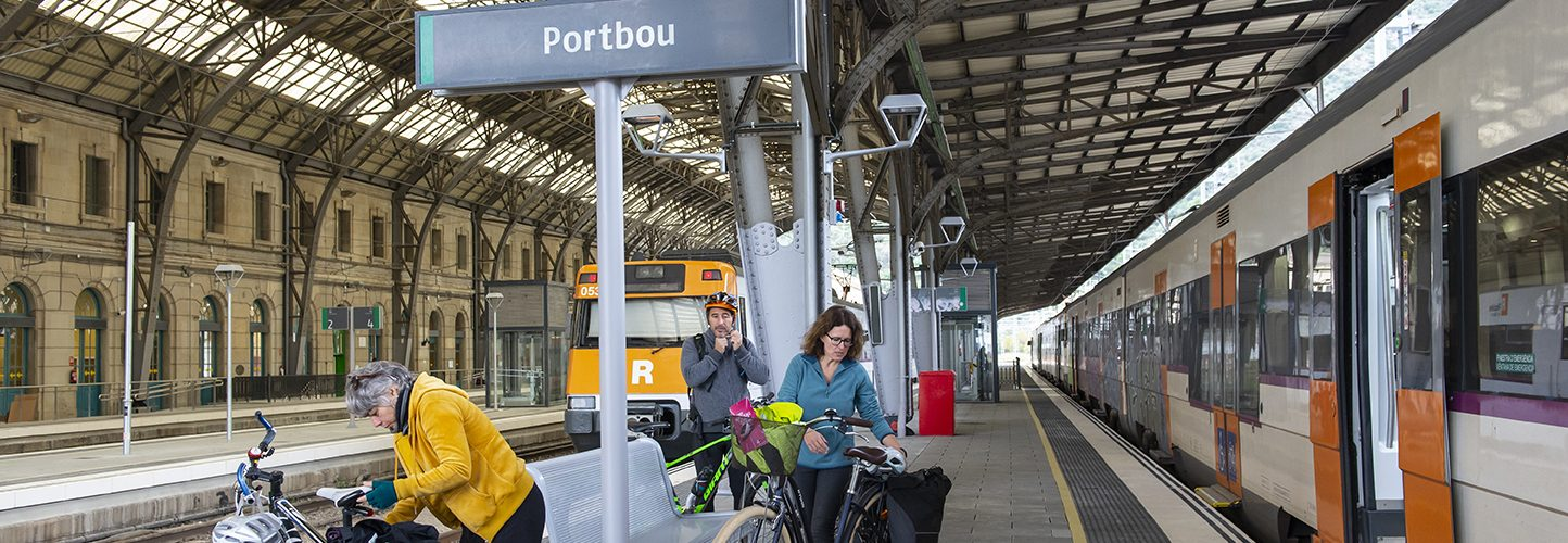 Ciclistes esperant el tren